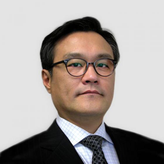 Brian Kim è l'Amministratore Delegato di Superior Essex, ruolo che ricopre da maggio 2015. Durante il suo mandato, Kim ha supervisionato la costituzione della Essex Furukawa Global Joint Venture, l'Automotive Strategic Business Unit e l'Essex Malaysia. Kim ha anche guidato il lancio dei centri di innovazione MagForceX e la costruzione di un impianto di filo magnetico in Serbia. Prima della sua posizione nella società, Kim è stato Presidente di LG Hausys America e Direttore di AT Kearny a Seoul, in Corea del Sud. Kim ha conseguito la laurea in statistica applicata presso la Yonsei University e successivamente un Executive MBA presso l'Università del Michigan.